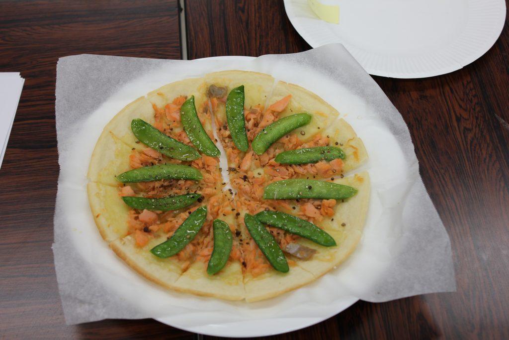 川口エンドウと鮭のピザ