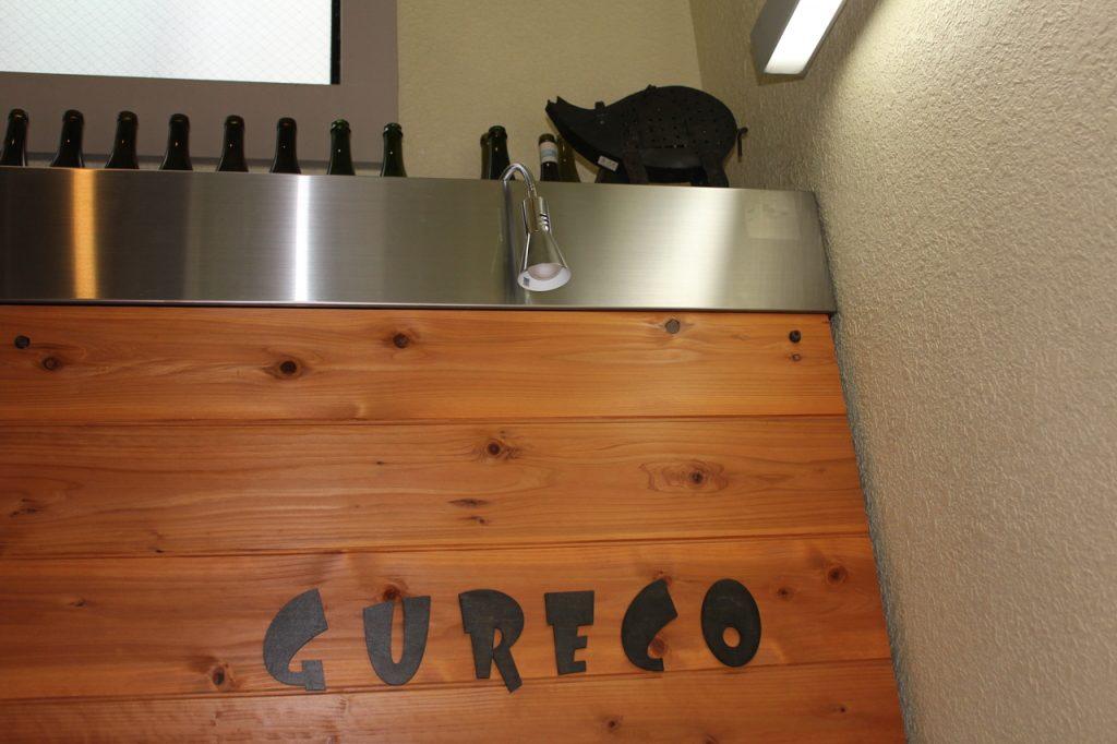 GURECO 看板の上のブタのオブジェ