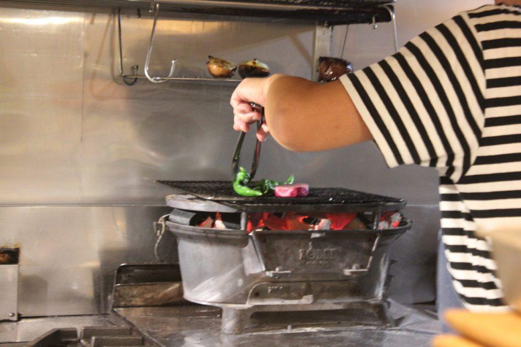 炭火でお肉を焼いているシーン