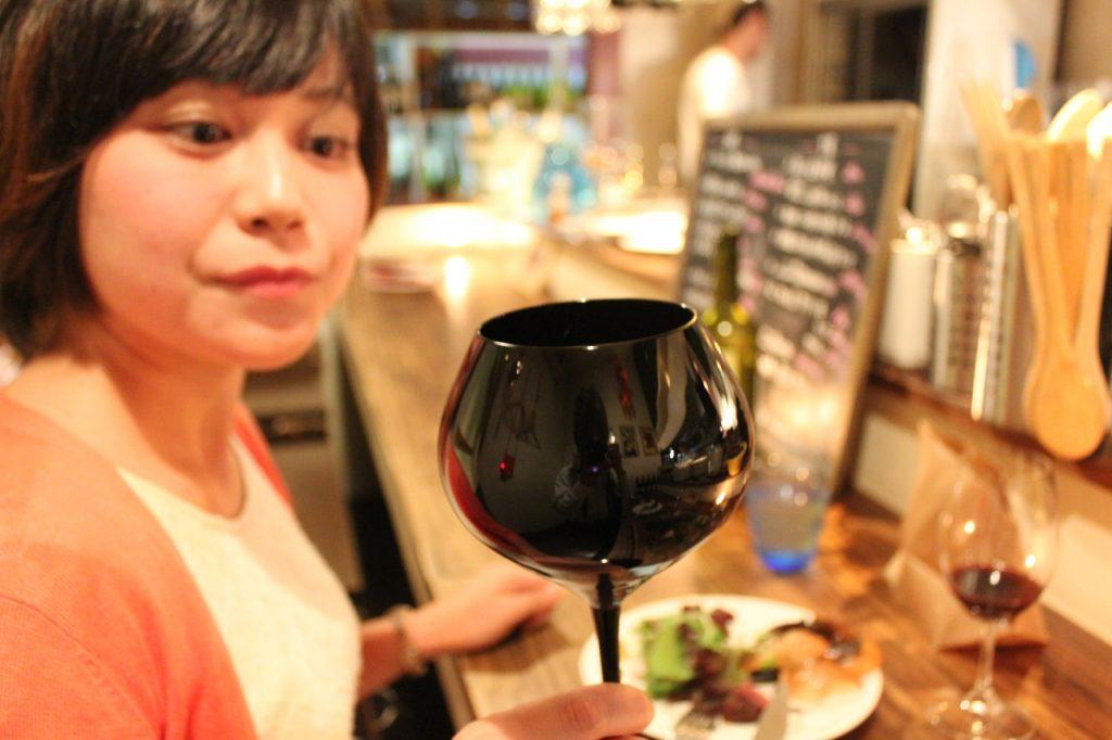 ティスティング用の黒いワイングラス