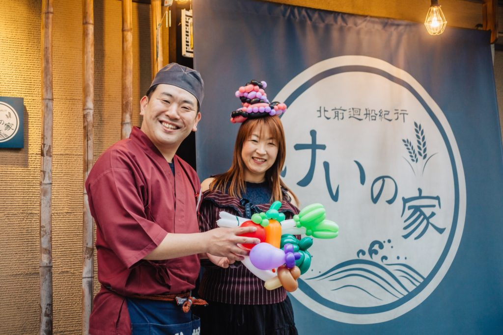 北澤秀彦さんとChisatoさん 店頭でのツーショット写真