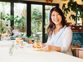 小山美智代さんがパンケーキを持っているシーン