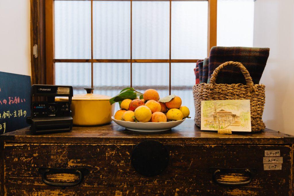 カキノキテラス 柿とタンスとポラロイドカメラ