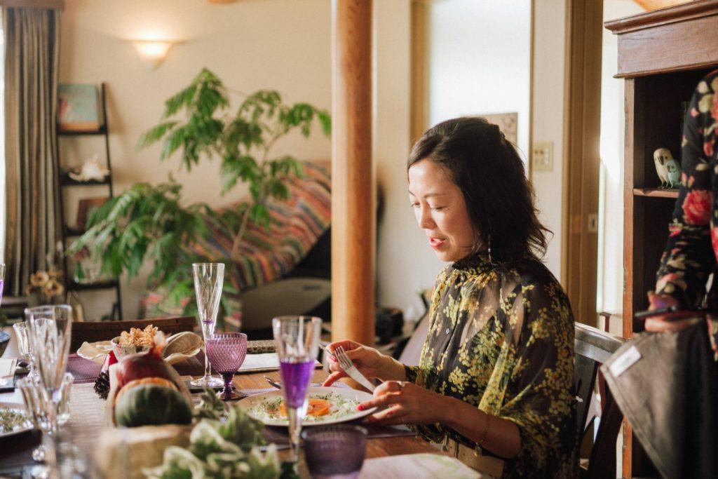ハレノヒ食堂 人参のガレットを召し上がる丹澤晴美さん