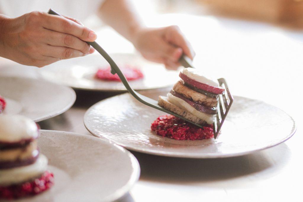 ハレノヒ食堂 メイン 車麸と野菜のミルフィーユを盛り付けるシーン