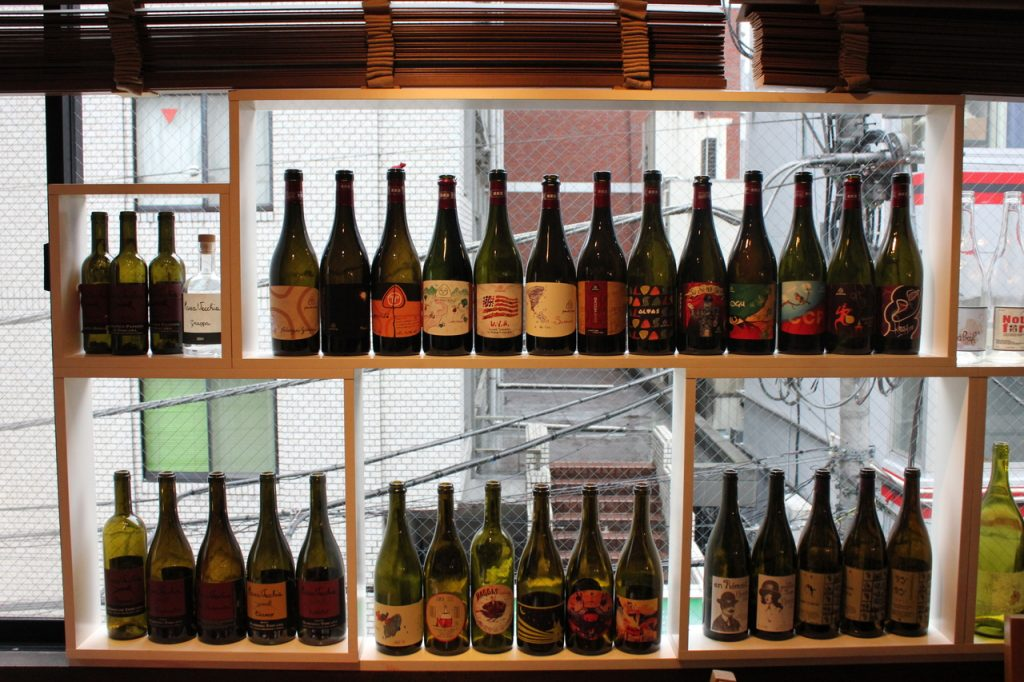GURECO店内 窓際のワインボトル1