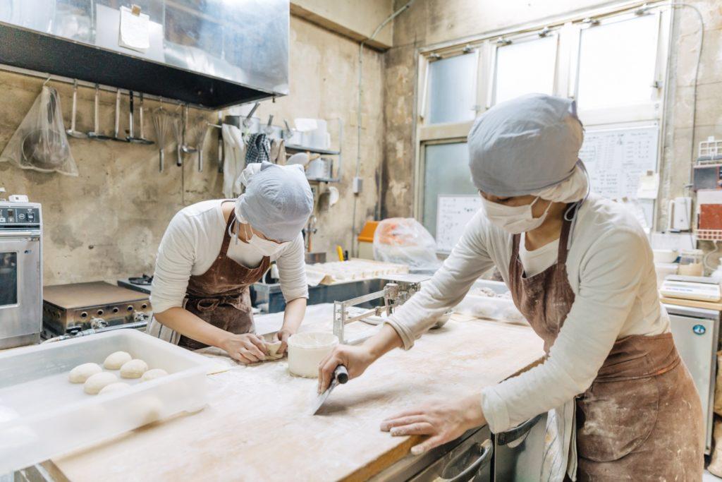 工房でパン作りをするスタッフさん