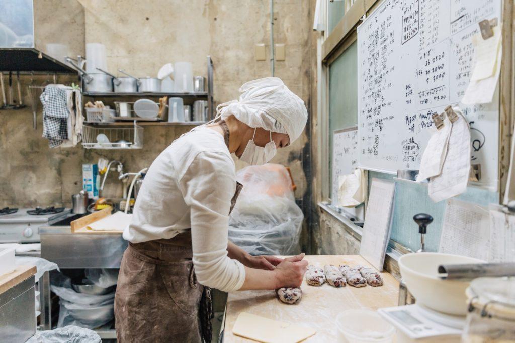 工房でパンをこねるオーナーシェフ北村千里さん②