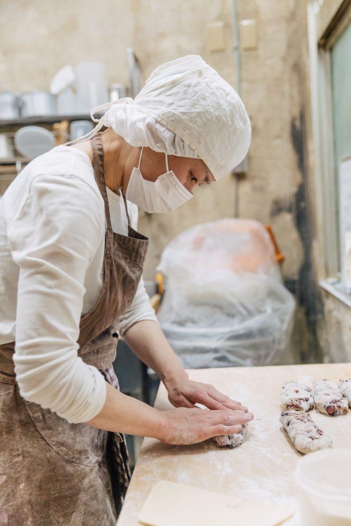 工房でパンをこねるオーナーシェフの北村千里さん