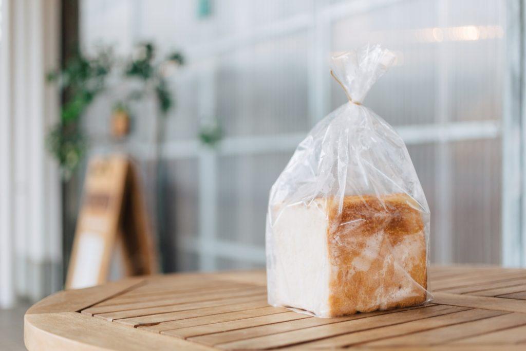 店先テーブルに置かれた食パン