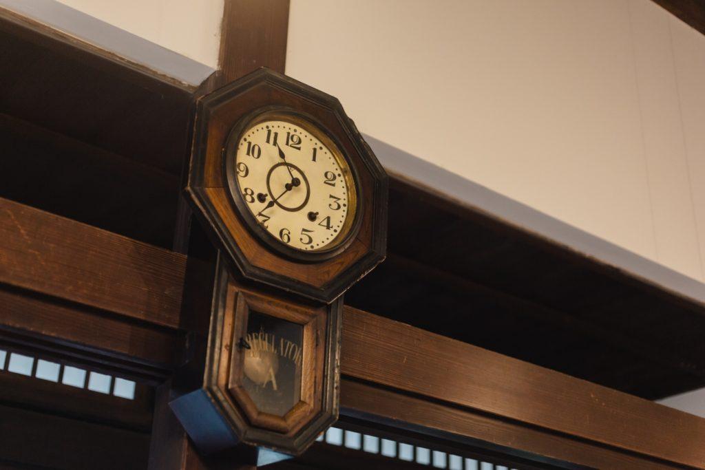 カキノキテラス 壁にかかっている古時計