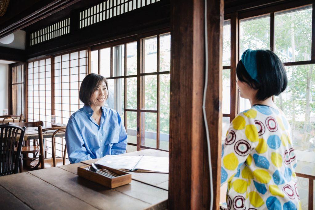 カキノキテラス鈴木孝子さんと小山りえさんの対談シーン