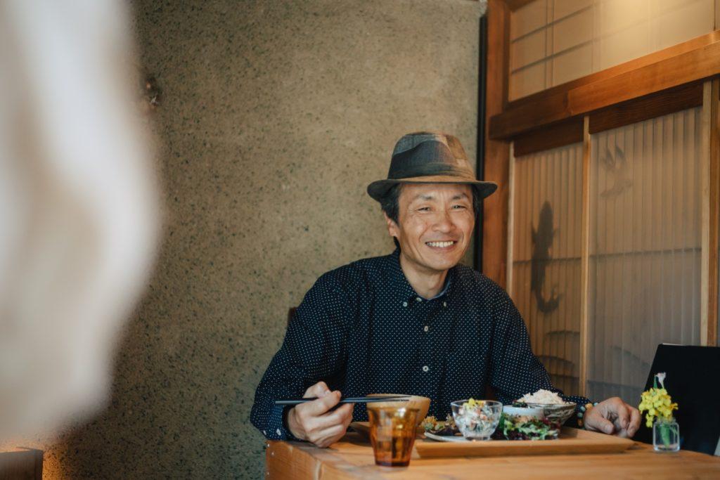 高尾食堂あめとつち 食事をする石川敏之さん