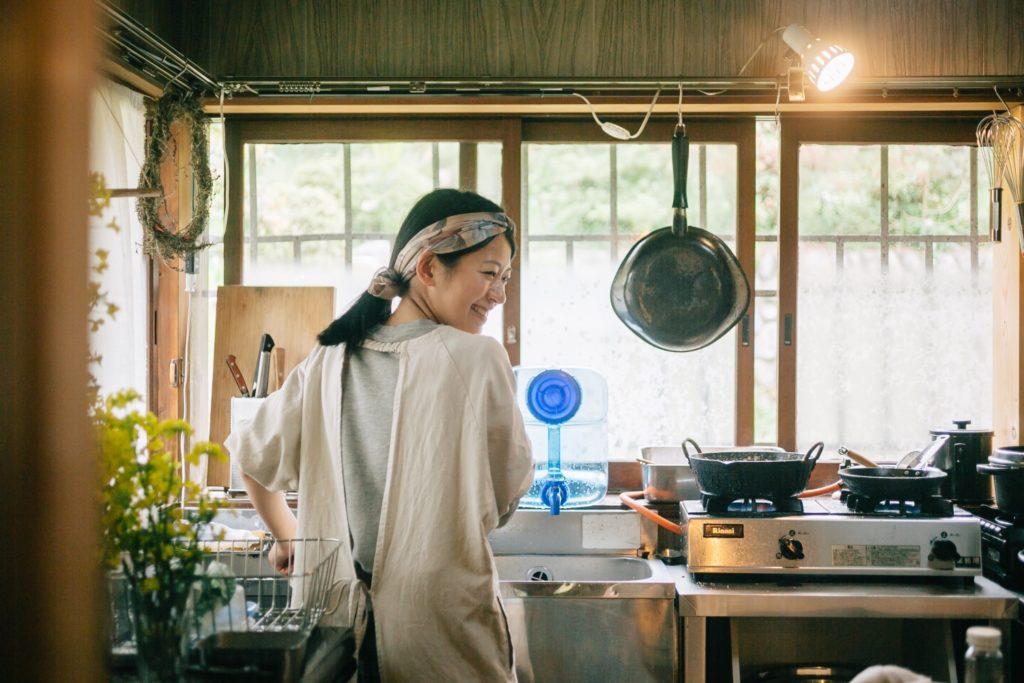 厨房で働く小久保慧さん