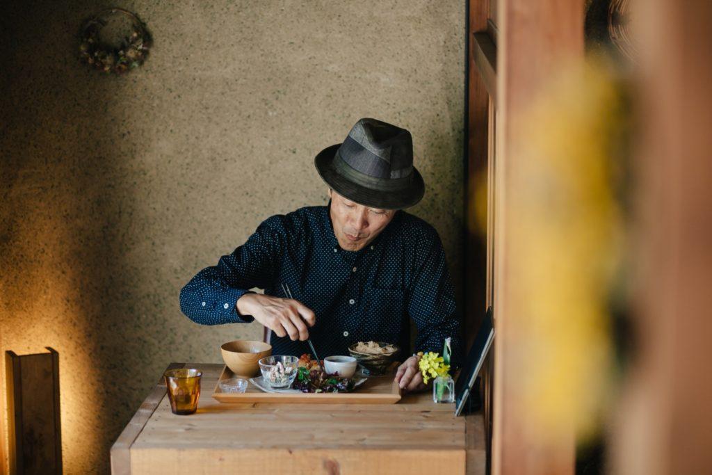 あめとつち定食を頂く石川敏之さん