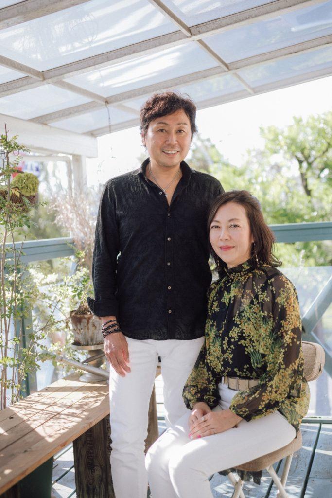 ハレノヒ食堂のバルコニーにて 丹澤誠二さんと晴美さんご夫妻