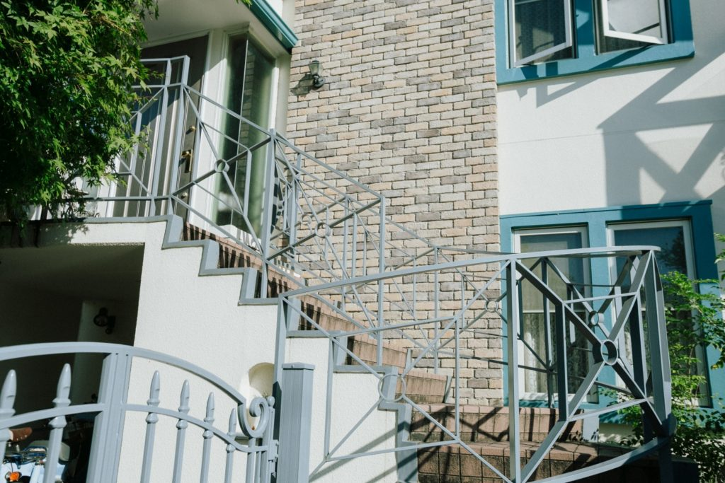ハレノヒ食堂 玄関へ上がる螺旋階段