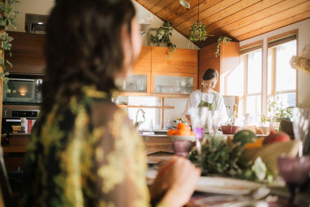 ハレノヒ食堂 キッチンに立つ小俣由枝さん